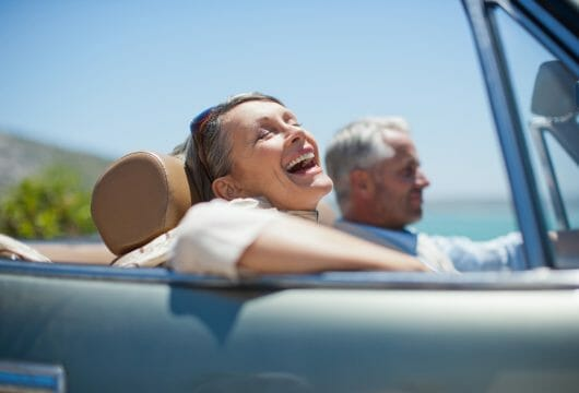 Selbstfahrer Rundreise älteres Paar im Cabrio